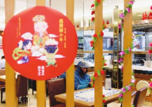 臨近春節,餐廳里布置得充滿年味兒。