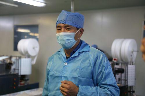 陆建国在车间接受中国经济导报记者采访时表示,在员工的支持下加班加点、加大生产能力。记者沈贞海 摄