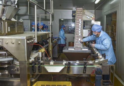 景迪酒精棉球生产车间,员工正在紧张生产作业。记者沈贞海 摄