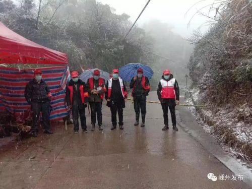 志愿者在谷来镇吕岙村卡点雪中坚守