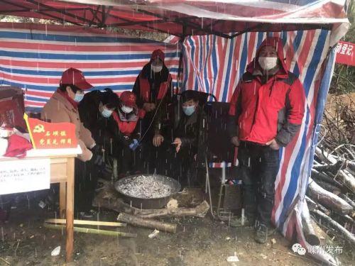 志愿者在石璜镇雅璜村长坑村卡点雪中坚守