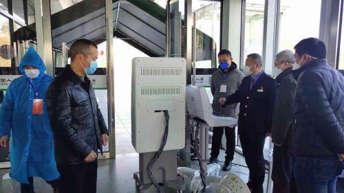 庄卫东在车站落实体温监测设备情况