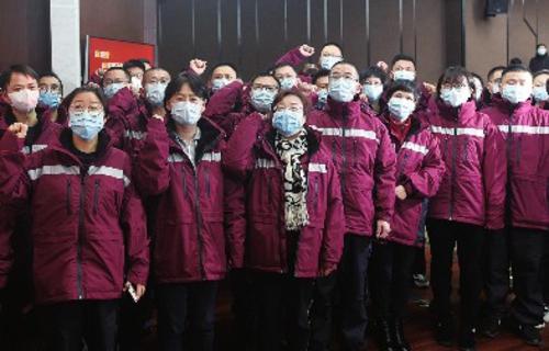 2月12日,浙江省对口支援湖北省荆门市的首批医疗队队员在杭州举行的出征仪式上宣誓。新华社