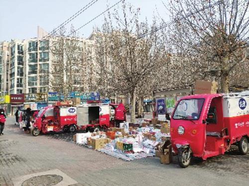 北京回龙观龙泽苑东区西门外的京东摊位。季晓莉/摄
