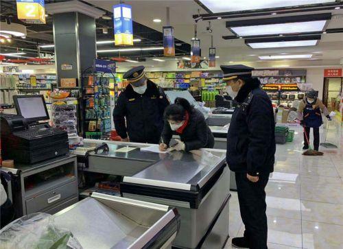 2020年2月13日,湖北恩施,市城市管理执法人员对超市疫情防控工作措施落实情况进行检查。谭华 摄