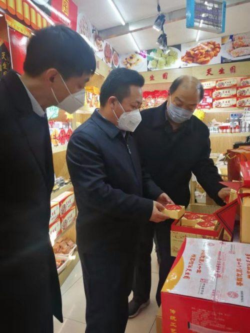 兰州市发改委主任刘凤恒(中)调研市场保供稳价情况