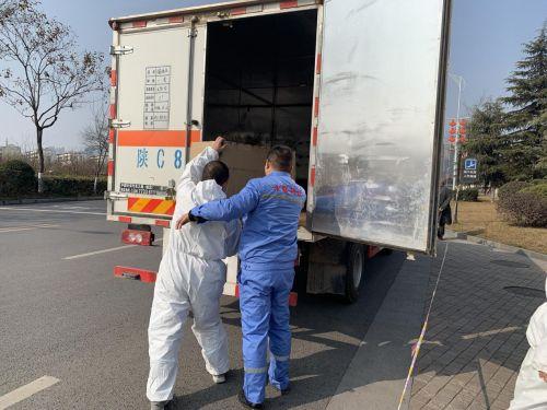 图1:永联公司员工与司机正在搬运疫情物资