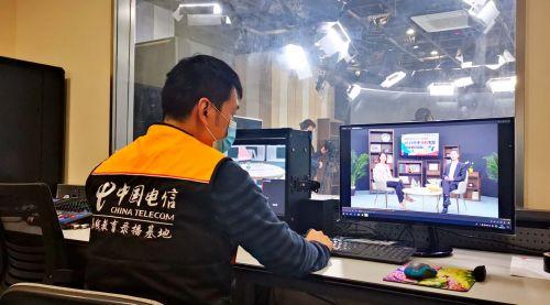 上海电信充分发挥综合智能信息服务提供商优势,积极协助教育条线开展网上教学、线上教辅和远程视频等工作。图为上海电信互联网部工作人员正在录制网上教学课程