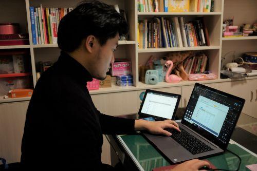 """为保证""""空中课堂""""准时上线,疫情期间,上海电信多部门协调,组织志愿者队伍,远程办公,短短20天完成了解决方案。"""