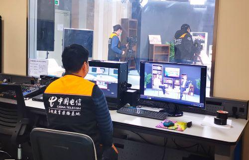 """上海电信积极配合教育部门,通过电信IPTV为140余万上海中小学生提供""""空中课堂""""服务。图为上海电信互联网部工作人员正在录制网上教学课程"""