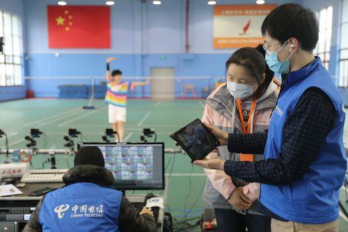 图为16台摄像机同时现场拍摄体育老师领做体操,学生们可以选择其中任何一个摄像头的角度来观看。