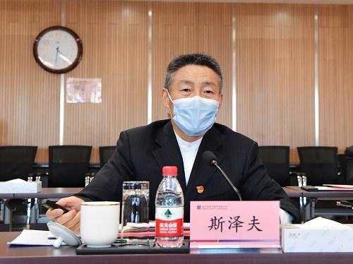 集团公司党委书记、董事长斯泽夫作哈电集团疫情防控和复工复产有关工作开展情况工作汇报。