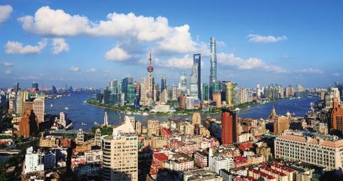 吃改革飯、走開放路、打創新牌發展起來的浦東新區,以占上海全市1/5的面積、1/4的人口,貢獻了上海全市1/3的經濟總量、2/5的戰略性新興產業、1/2的金融增加值及3/5的外貿進出口總額。圖為遠眺浦東新區陸家嘴。中國經濟導報記者張朝登/攝