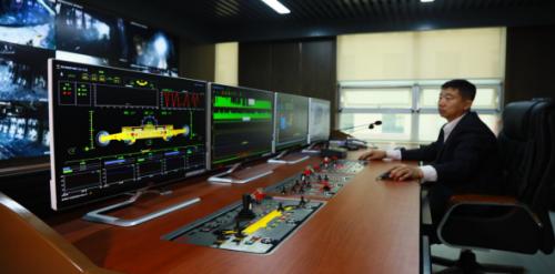 图为临矿集团菏泽煤电公司郭屯煤矿采煤机司机在智能控制中心操控采煤机工作。(孔庆玉 摄)