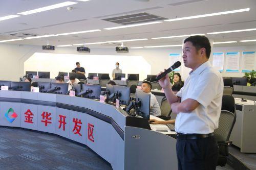 金华开发区网格化管理办公室主任虞建华介绍开发区智慧管理情况。记者沈贞海 摄