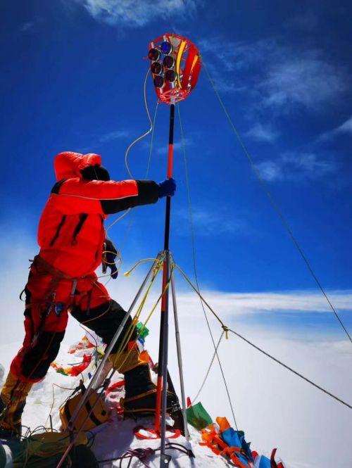 """5月27日中午11时,世界技能会旗成功登顶珠峰完成展示,在世界技能运动发展史上留下了精彩的""""中国印记""""。"""