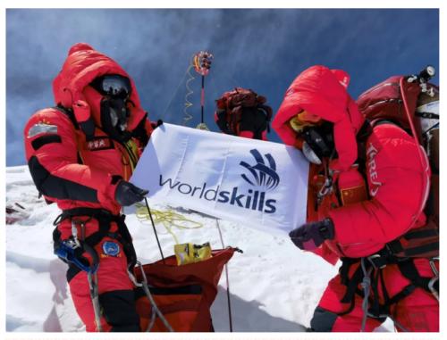5月27日,世界技能会旗登顶珠穆朗玛峰