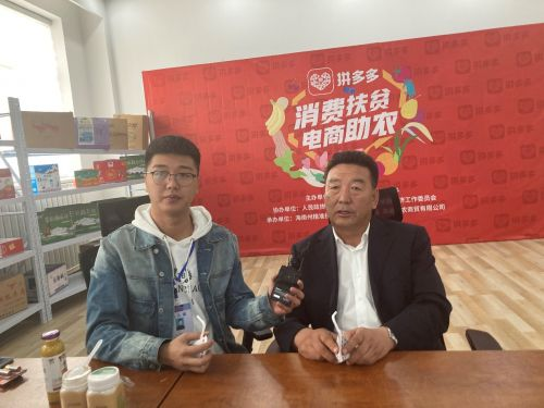 ▲青海省海南藏族自治州副州长才让(右),边喝牦牛酸奶边介绍产品。(摄影:肖桑)