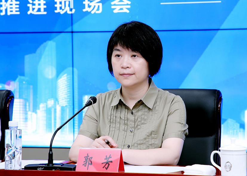 """郭芳正在主持""""梦圆小康就业券""""推进现场会。"""