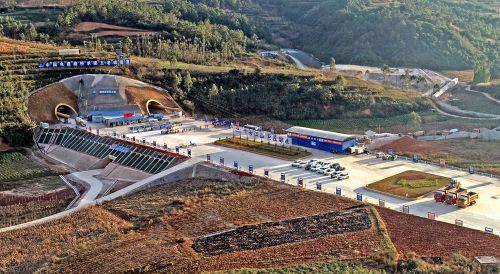 建个元高速公路项目五老峰隧道右幅进口段顺利贯通