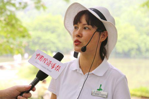 仙都景区导游陈红霞说,仙都有着得天独厚的自然环境,值得游玩的地方很多,仅仙都主要景区一圈游玩下来,智能手环显示有15000多步。记者沈贞海 摄