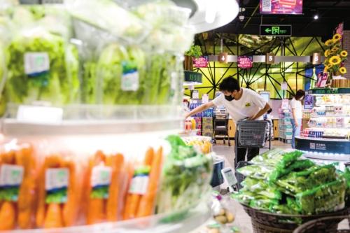 北京海淀区某生鲜超市内,拣货员正在根据客户的网上订单进行配货。满亿娱乐经济导报记者苗露/摄