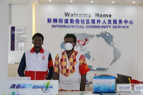 新狮街道勤俭社区境外人员服务中心,外国志愿者正在岗。记者沈贞海 摄
