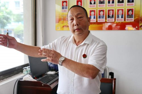 新狮街道人大代表联络站副站长章善祥介绍调解工作情况。记者沈贞海 摄