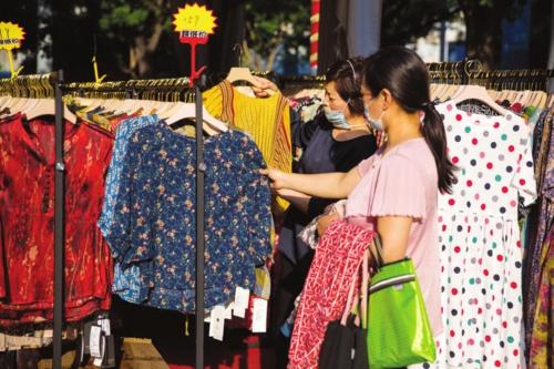 5月份,我国社会消费品零售总额降幅在4月份收窄8.3个百分点的基础上,再次收窄4.7个百分点。中国经济导报记者苗露/摄