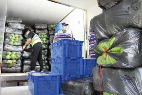 ①站内工作人员把进京车辆货物装卸到市内接货车辆上,实现了进京司乘人员和京内人员