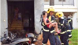 惊险!6岁男童惨遭父亲追杀 消防员以头挡刀救下