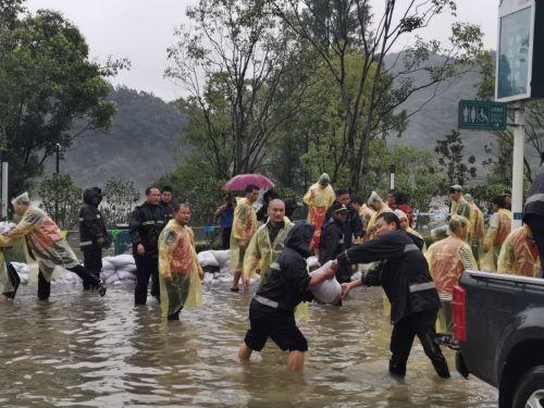 """图5.2""""7个小时,他们终于挡住了洪水!""""7日上午,随着新安江水位抬升,建德市新安江街道江滨中路低洼路段被淹,周边小区面临进水危险。由城管队员和退役军人组成的60人突击队,奋战7个多小时,大家筑起1米多高长50余米的城市防洪堤坝。"""