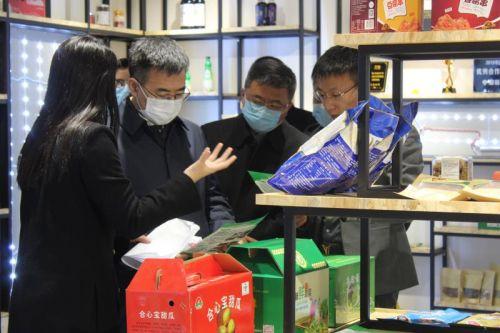2绿园区委书记张洪彬走进长春青年可视化电商创业中心调研指导工作
