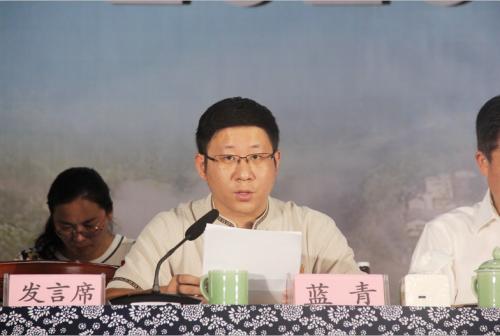 丽新畲族乡党委副书记、乡长蓝青主持会议