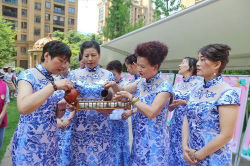 """和悦社区正在进行茶艺表演的""""格姐""""。记者沈贞海 摄"""