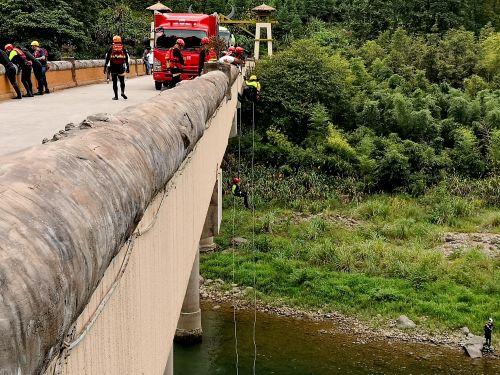 某地消防官兵正在大均水域进行水域救援演练。记者沈贞海 摄