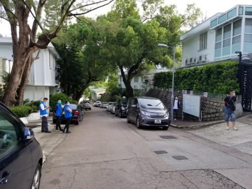 """有7人车停泊在黎智英的住所外(图片来源:香港""""东网"""")"""