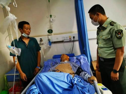 6、丁小强到中江县人民医院看望、问候伤者