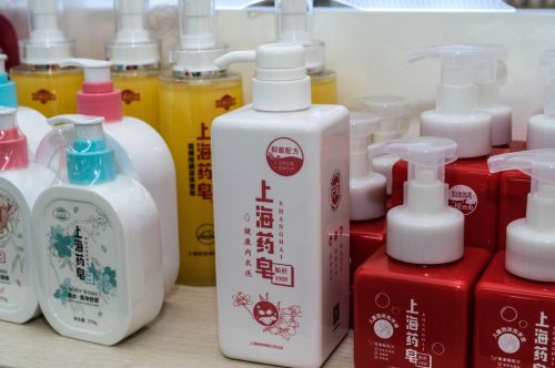 """▲上海制皂有限公司推出""""液体款药皂"""",迅速成为市场爆款。(穆功/摄)"""