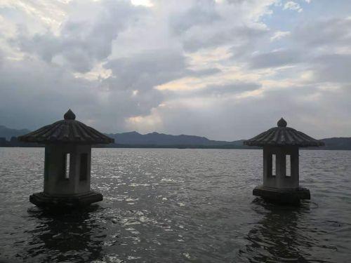 杭州西湖翠光亭御码头。陈加斌 摄