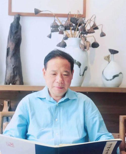 中国书法家协会会员,浙江师范大学美术学院教授、硕士生导师,中国琉璃厂画院理事,浙江省书法家协会学术委员会委员。
