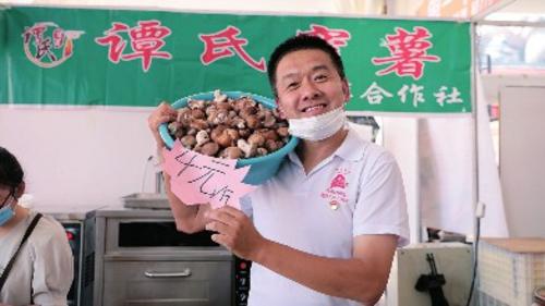 大连市发展改革委选派到庄河市荷花山镇河东村的第一书记徐滨。
