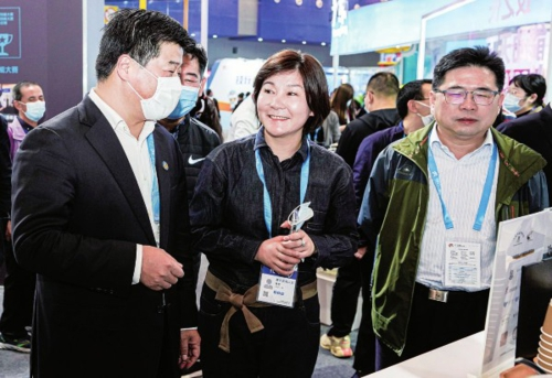 上海市人力資源和社會保障局局長、第46屆世界技能大賽組委會秘書長趙永峰(左一)率團出席首屆全國技能大賽。