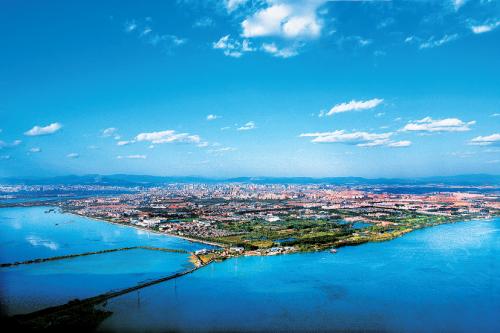 良好的生态环境是云南的宝贵财富,也是全国的宝贵财富。图为俯瞰昆明市。