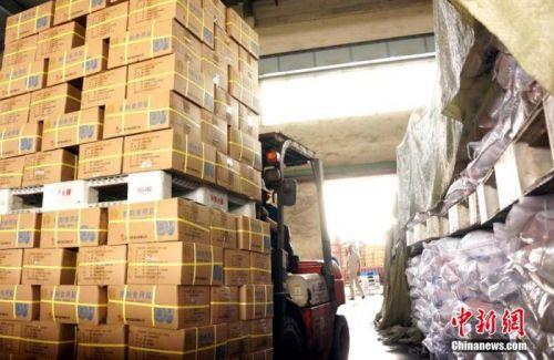 工人將包裝好的食鹽放入倉庫。 王昊陽 攝