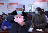 公安县代市村: 76户贫困户又领分红款