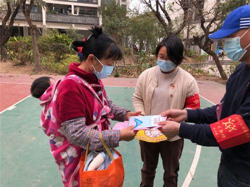 党员干部向小区群众派发疫情防控倡议书和反邪宣传单张
