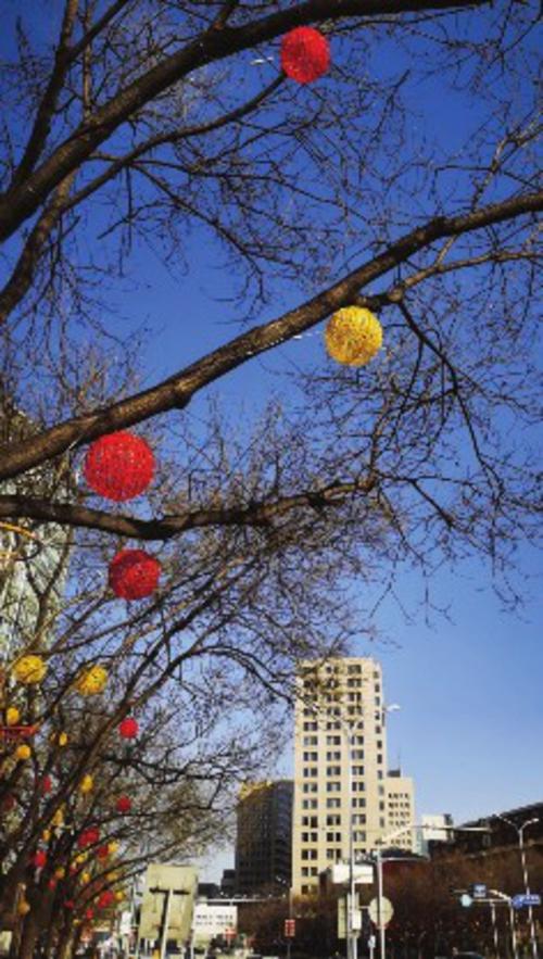 ⑧大年初四,北京的街道到处张灯结彩,一派节日气氛。    郭丁源/摄