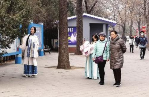 ⑤过年期间,朝阳公园,有的游客穿上古装拍照。成静/摄