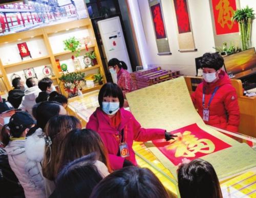 ④大年初二,北京恭王府内的文创店人头攒动,导游正在为游客讲解